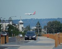 Samolot nad miastem